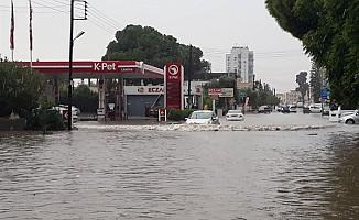 Gazimağusa'da şiddetli sağanak su baskınlarına yol açtı