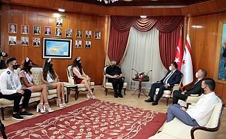 Başbakan Saner, güzelleri kabul etti...